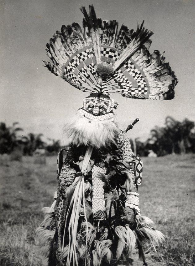H.philips (AFR0156) : Afrique. Congo Belge. Un Guerrier Bakuba. Tirage argentique dépoque.  Circa 1959. 18 x 24 cm. AFR0156.