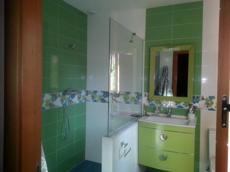 Ideas de casas de ba o estilo moderno dise ado por - Espejos bano modernos ...
