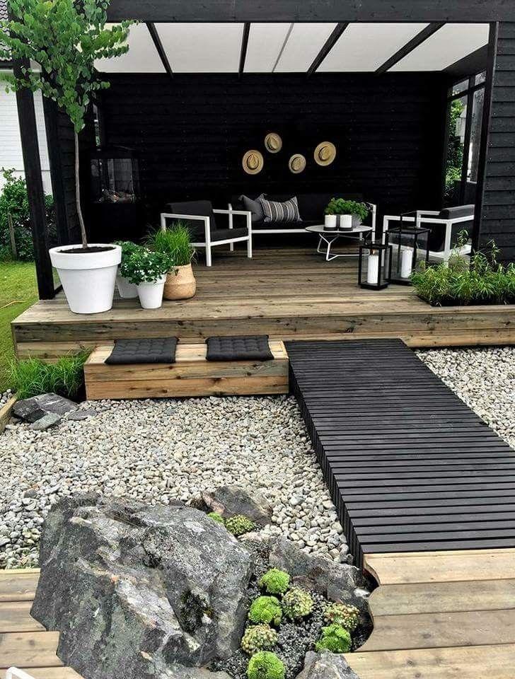 Schwarzer Steg zur Pergola im Garten