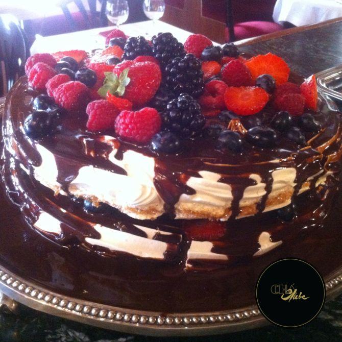 Magnífica sobremesa de chocolate, morango e frutos silvestres. Sabor intenso. Awesome dessert of chocolate , strawberry and berries. Intense flavor.