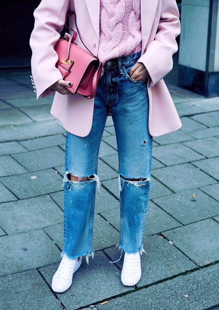 Rosa, schön zart und mädchenhaft, herrliche Farbe, hier zu hellblauen Jeans | @moussyofficial #jeans @josephfashion #jacket @loewe #bag @ganni #pullover