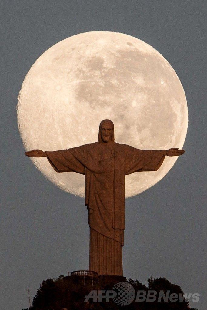 ブラジル・リオデジャネイロ(Rio de Janeiro)にあるコルコバード(Corcovado)の丘の巨大なキリスト像(Christ the Redeemer、2014年6月14日撮影)。(c)AFP/YASUYOSHI CHIBA ▼15Jun2014AFP|月明かりの下に立つリオのキリスト像 http://www.afpbb.com/articles/-/3017739 #Rio_de_Janeiro #Christ_the_Redeemer #Cristo_Redentor #Christ_Redempteur #Patung_Kristus_Penebus #Pomnik_Chrystusa_Odkupiciela #Christus_de_Verlosser