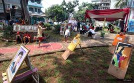 """Sejumlah anak bermain di taman yang dihiasi lukisan dan karikatur dalam meramaikan Festival Budaya Kampung Johar Baru di Jakarta, Minggu (14/2/2016). Festival yang sudah berlangsung untuk ketiga kalinya ini mengangkat tema """"Warna Warni Johar Baru"""" sebagai penyeimbang dari kesan suram kampung Johar Baru."""