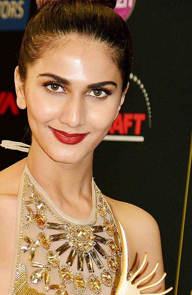 Vaani Kapoor won best debut (female) award for 'Shuddh Desi Romance' . This is a funny picture