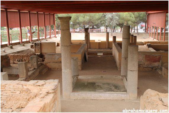 La casa emeritense del Mitreo resulta un ejemplo interesante de la arquitectura doméstica de fines del siglo I d. C. o comienzos del siglo II d. C., con dos peristilos y un pequeño atrio (atriolum). En torno a ellos se disponen las distintas dependencias...