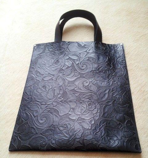 丈夫な1枚革を使い、両サイドを縫ったシンプルな手提げバッグです。 写真でも質感が伝わるかと思いますが、少しマット調でカービング模様が立体的に型押ししてある黒色...|ハンドメイド、手作り、手仕事品の通販・販売・購入ならCreema。