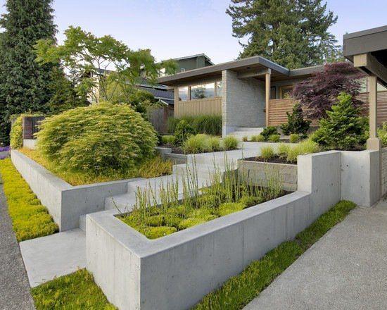 un mur de soutènement en béton dans le jardin