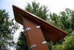 Ouverture facile par le toit. Permet l'écoulement rapide de l'eau et de conserver plein de graines.