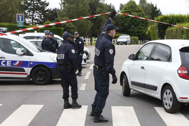 Des forces de police à Magnanville après le meurtre d'un policier et de sa compagne par Larossi Abballa. La famille du terroriste demande l'inhumation de celui-ci à Mantes-la-Jolie (Yvelines). (Illustration)