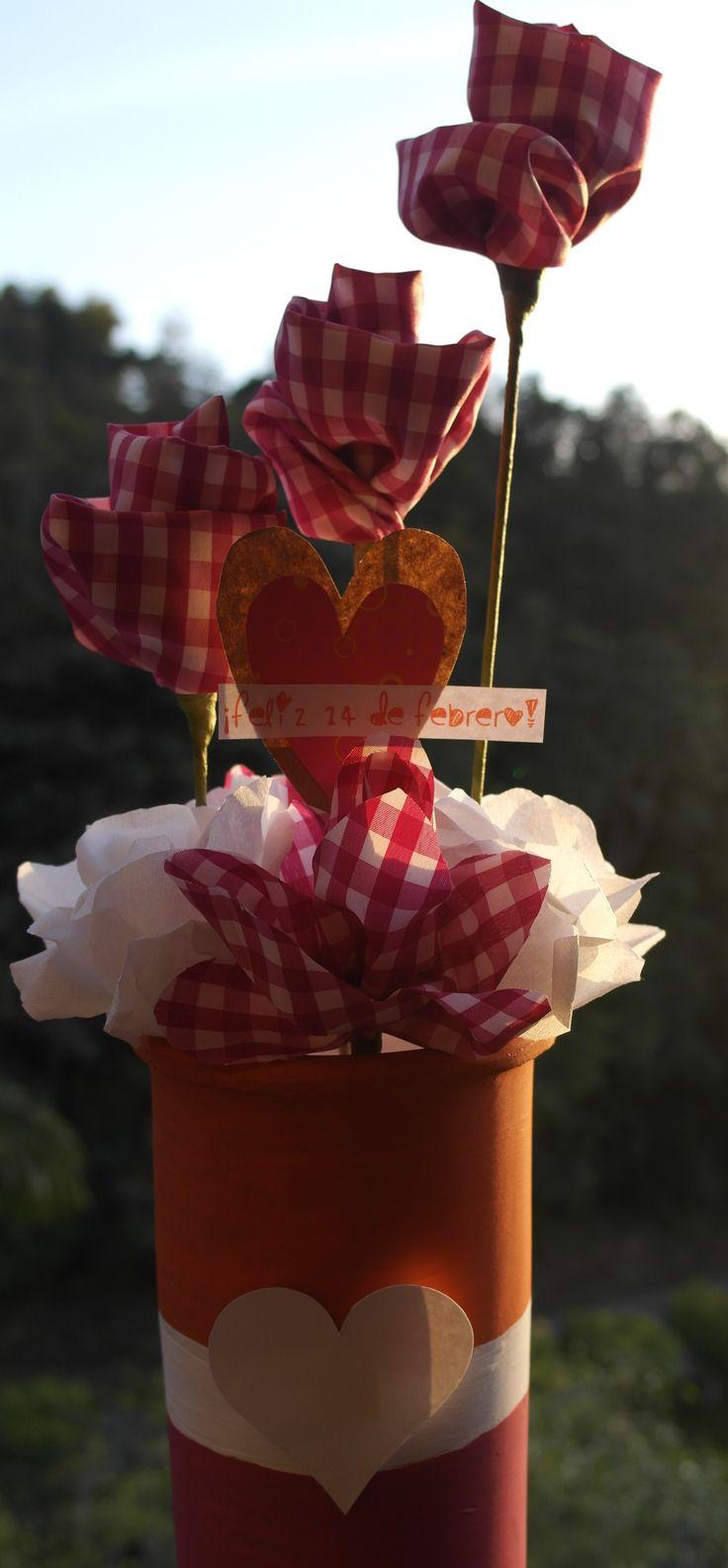 San Valentín! Flores de tela y papel/paper and fabric flowers