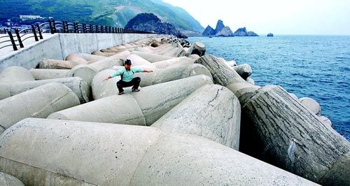 effect of breakwater on wave energy As the armor shape has a significant effect on the reduction of wave overtop-  flowing wave velocity from a breakwater with a stone armor  values of the energy.