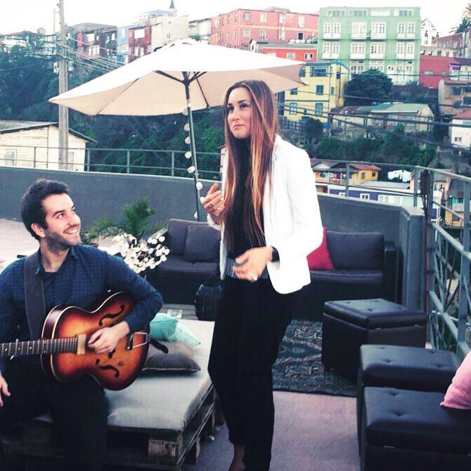 Nuestros dueto de jazz favorito, disfrutando de la Terraza con las mejores vistas de Valparaiso