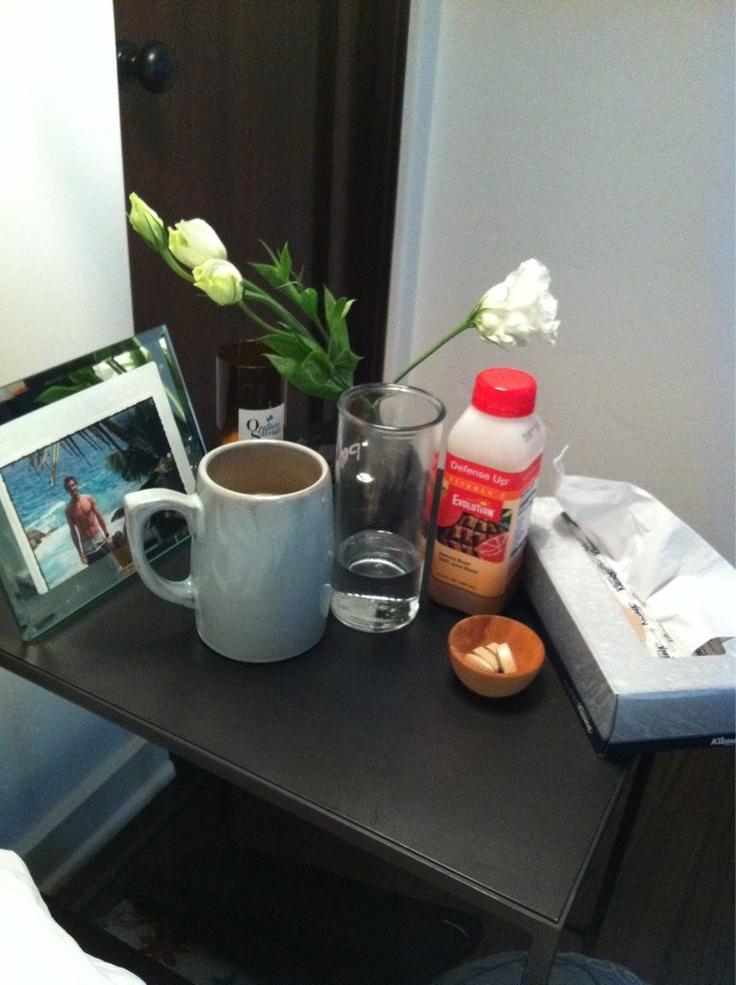 A mesa de cabeceira da JCap quando ela estava com gripe!