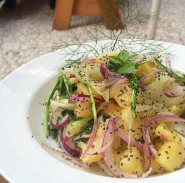 Salada de erva-doce com abacaxi e chia. Entrada leve é temperada com limão siciliano