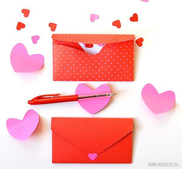 Zelfmaker voor Valentijn - zo vouw je een hartjes envelop. Beschrijving vind je op MoodKids