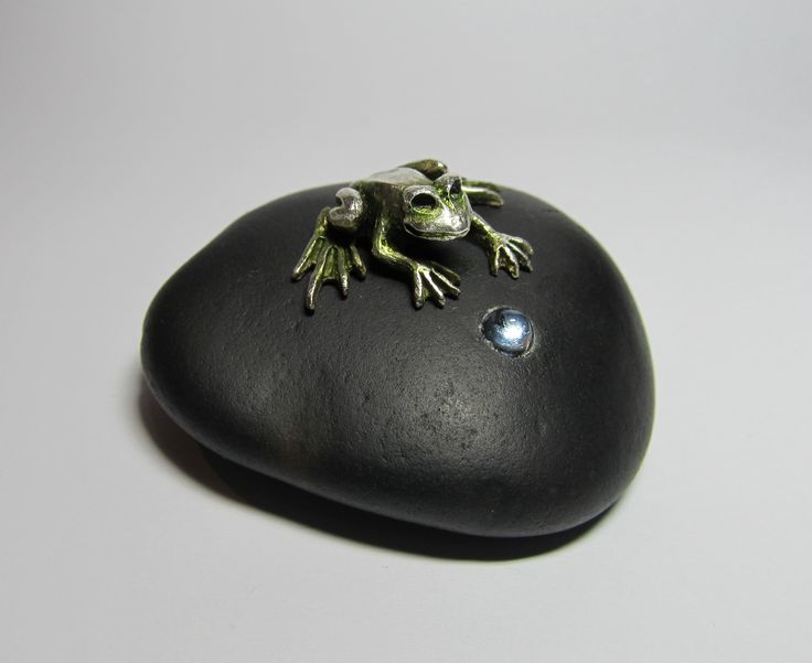 Bernie's Frog. Sculpture. Art Clay Silver (fine silver) frog on basalt pebble inlaid with an aquamarine cabochon. Handcrafted, moulded and carved. Patina and oil paint. Artist: Alan Samons – South Africa. Gift 2013