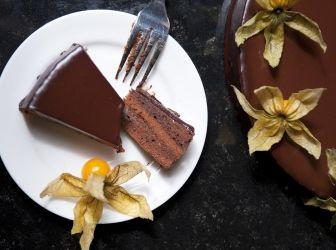 Sacher torta recept: A Sacher torta egy igazi osztrák klasszikus. Sok mindent nem is fűznék hozzá, talán csak annyit, hogy ez egy nagyon jó sacher recept! Jó étvágyat! http://aprosef.hu/sacher_torta