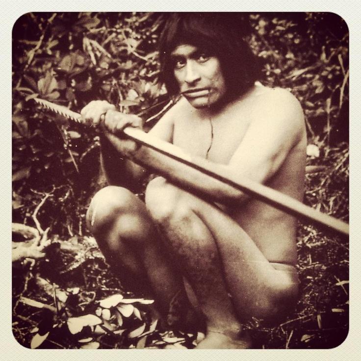 Los Yámanas eran indígenas nómadas canoeros, recolectores marinos. Untaban su piel con grasa de foca para protegerse del intenso frío.( Increíble pero real!) Su vestimenta : cueros de lobo marino o nutria sobre sus hombros, atados en el cuello y en la cintura esta pieza relativamente pequeña era desplazada sobre el tronco para tapar las zonas donde más incidía eventualmente el viento // Ushuaia, Argentina