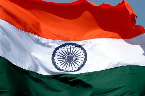 La bandera de la India, también conocida como tiranga (तिरंगा en hindi) que significa tricolor, está compuesta por tres franjas horizontales con las mismas dimensiones, de color naranja la superior,1 blanco la central y verde la inferior. En el centro tiene una rueda azul marino con veinticuatro picos, conocida como ashoka chakrá
