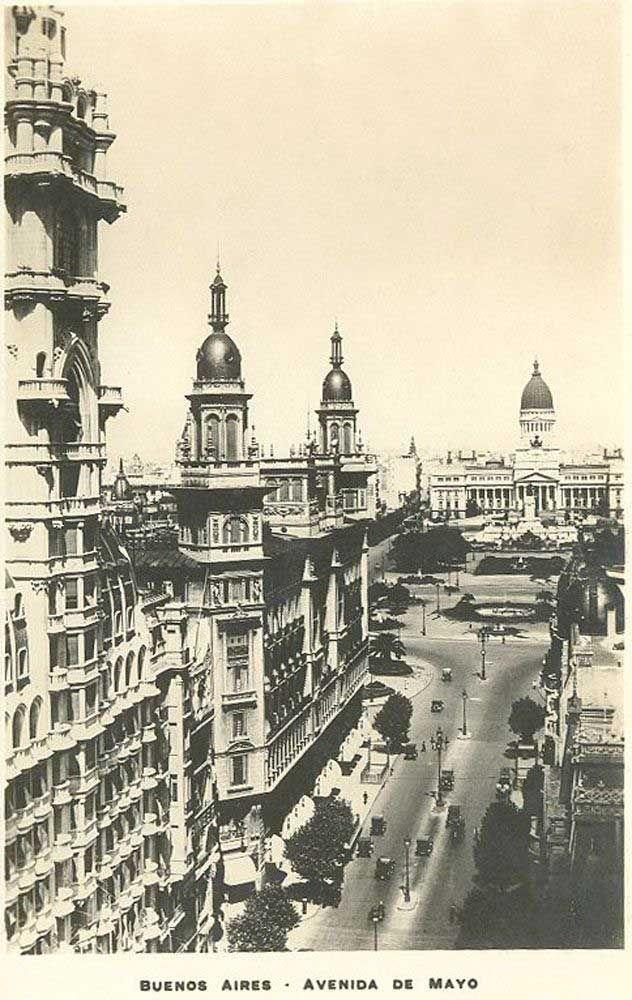 Vista de la Avenida de Mayo: primer plano los edificios Palacio Barolo, La Inmobiliaria y a lo lejos el Congreso Nacional.