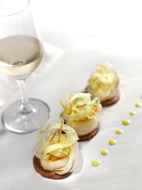 Coquilles Saint-Jacques poêlées, pulpe de fenouil au boudin noir, vinaigrette à la mandarine confite
