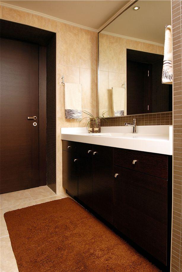 Μοντέρνο έπιπλο μπάνιου και πόρτα από δρυ.