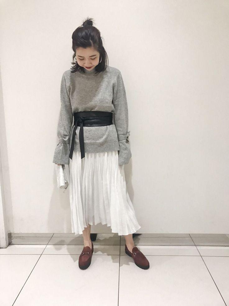 デートにもおすすめ箔プリーツスカート 軽やかな素材と箔のキラキラ感がかわいい プリーツスカートのコーディネート。