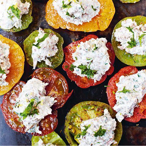 Dit recept is afkomstig uit het kookboekMijn Franse Keukenvan Rachel Khoo. De sardines, pate en frisse tomaat vormen een perfecte mix. Heerlijk als voorgerechtje!    1. Meng alle ingrediënten voor de paté behalve de sardines...