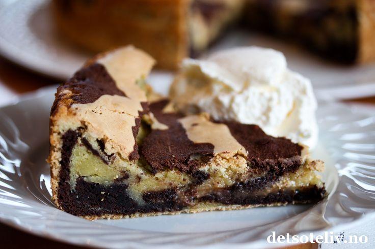 Noe av det beste som kommer fra Sverige er kladdkakor. Kladdekaker kjennetegnes av at deigen bare skal røres raskt sammen og den ferdige kaken skal bli myk, litt klebrig og nærmest konfektaktig i konsistensen. Yummy! Her har du en variant som består av både lys og mørk deig som marmoreres lett sammen før steking. Resultatet blir en skikkelig stilig kake. Smaker nydelig med en klatt iskrem!