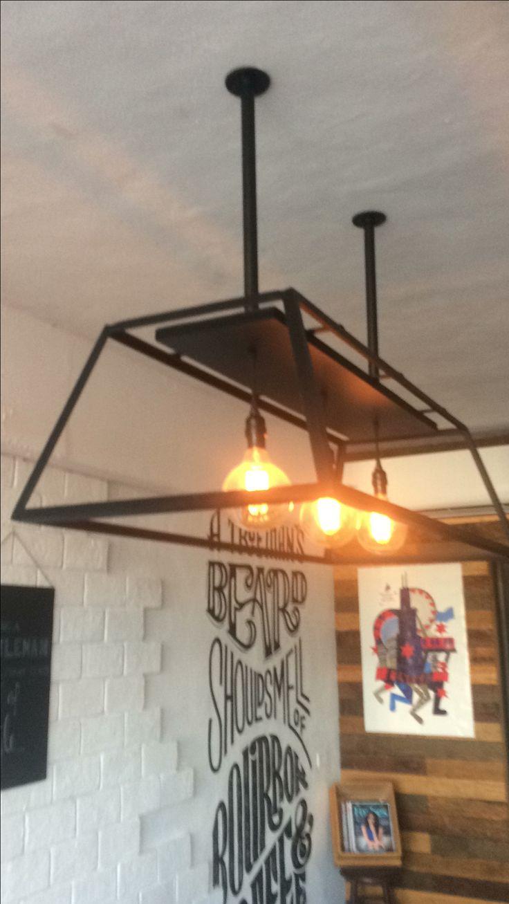 Lámpara de techo modelo trapecio, herreria artística, focos vintage. Proyecto: The Legend, Barbershop