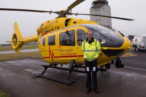 Принц Уильям,герцог Кембриджский работает пилотом скорой помощи,зарплату отдает на благотворительность.