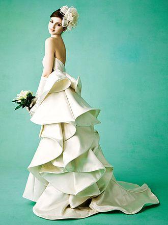 斬新かつ構築的なラインがつくるインパクトあるたたずまい    「アントニオ・リーヴァ」のドレスは、立体的な独自のシルエットが特徴。ミカドシルクを贅沢に使ったドレスは、インパクトのある曲線を描き、シンプルで洗練されたモダンなスタイルです。ドラマティックで個性的、圧倒的な存在感をかもしだして。03-6461(Antonio Riva)レンタル料¥420,000