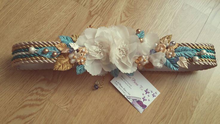Cinturon de flores de seda y porcelana fria con hojas de tercipelo y cordon de seda dorado, crudo y turquesa.