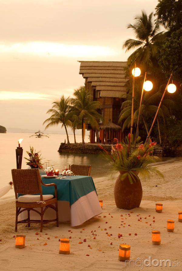 Kvety a sviečky, romantika - s palmami či bez nich. Aj z prázdneho priestoru vykúzlia nádheru.