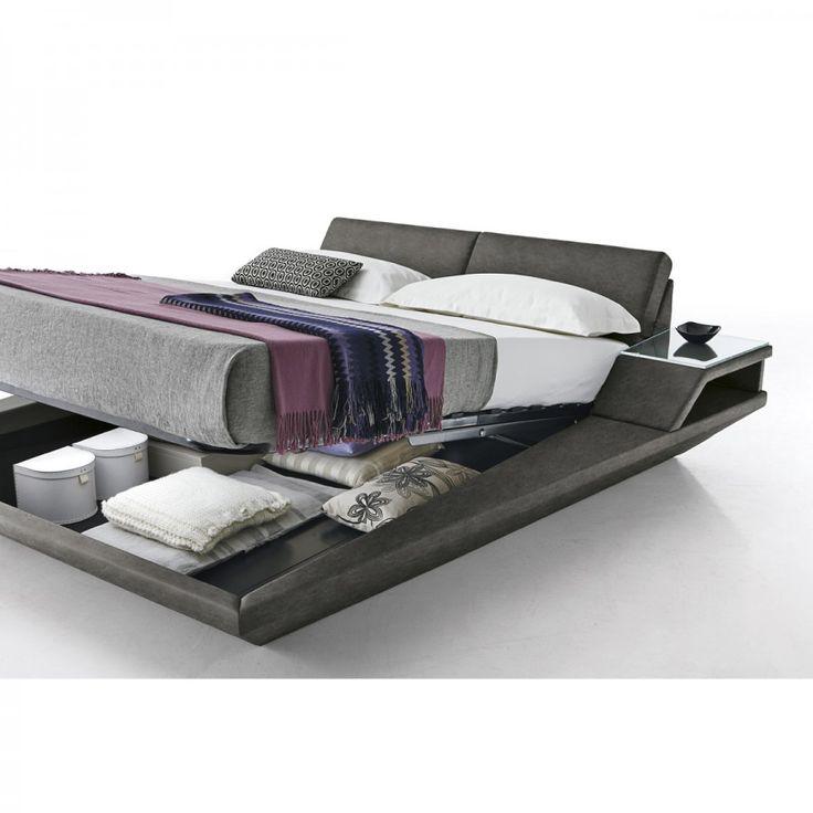 Elba. Il letto moderno Elba è completamente imbottito e rivestito in ecopelle. La testiera è morbida ed è reclinabile in tre posizioni così da poter stare seduti appoggiando comodamente la schiena. La struttura, verso la testiera, si allarga fino a formare un comodino.