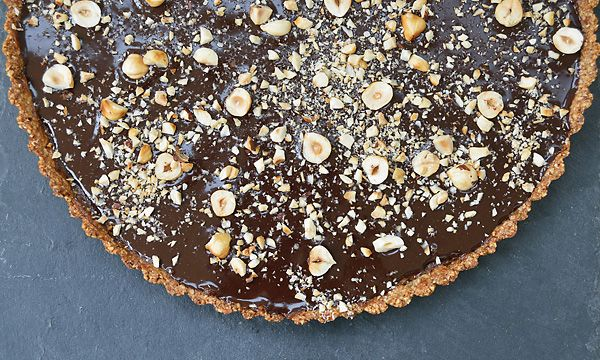 Tarta cu crema de curmale, alune de padure si ciocolata