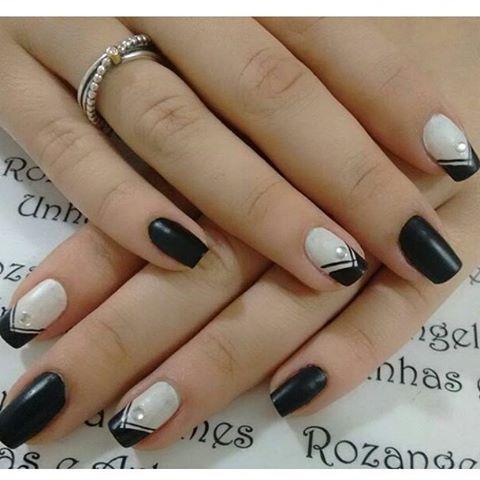 Unhas pretas, francesinha diagonal, pedrinha de strass..já são lindos separadamente e em um trabalho só o resultado é perfeição. Arrasou @espaco_rg #unhasdeseguidoras #francesinhadiagonal #instaunhas #instadeunhas #nail #nails #nailsart #artnails