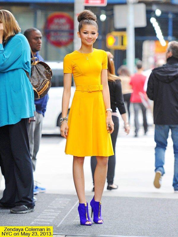 Vestido amarillo con botines azules. Me encanta esa convinacion.