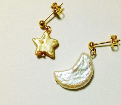 お星様とお月様がセットになったピアスです。淡水パールで自然に形成されたとても可愛らしいモチーフ。お星様はゴールドカラー。お月様はホワイトで光によって偏光色に光...|ハンドメイド、手作り、手仕事品の通販・販売・購入ならCreema。