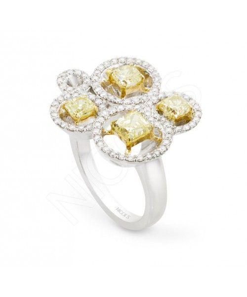 Anillo diamantes Canary Yellow amarillos, de múltiples orlas que centran la atención en los diamantes amarillos centrales. Un anillo atrevido y especial para una mujer supertrendy. Oro blanco 18kt, diamantes blancos 0.70ct y diamantes amarillos 1.80ct.
