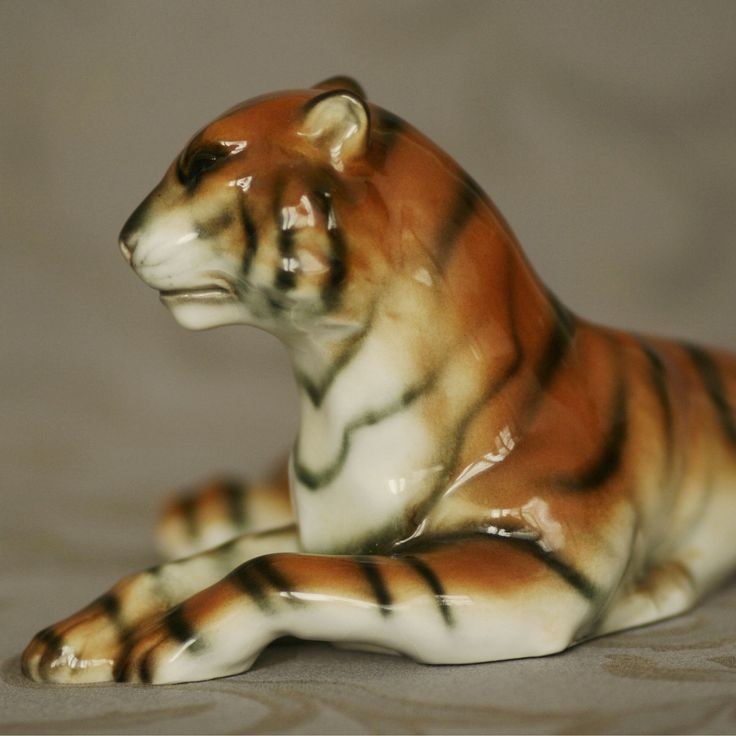 TIGER glazed porcelain, 1920s, Amphora - Riessner, Stellmacher and Kessel, Turn bei Teplitz, 25x10x15 cm, 280 EUR TYGR glazovaný porcelán, 1920-1930, Amphora - Riessner, Stellmacher a Kessel, Trnovany u Teplic, 25x10x15 cm, 7.600 CZK