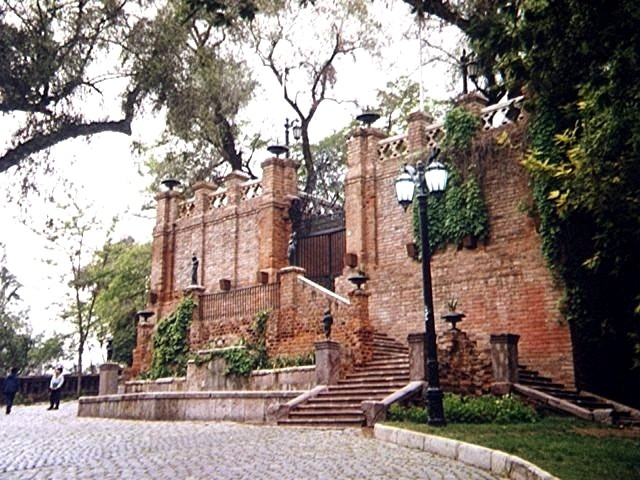 Santiago: Viejo fuerte en el Parque del Cerro de Santa Lucía / Old fort in Saint Lucia Hill Park