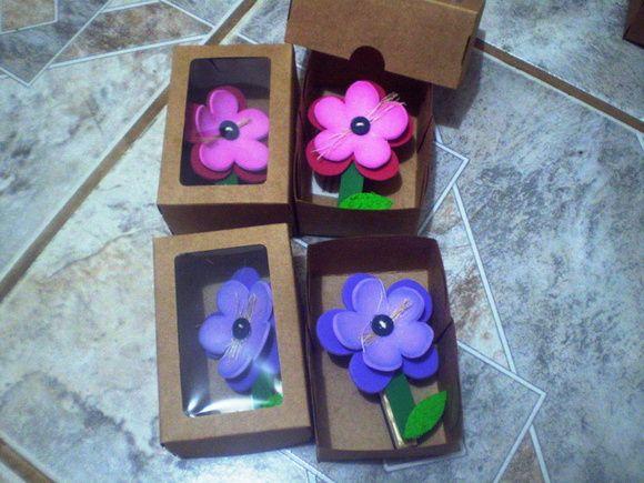 Que tal enfeitar a cozinha ou o escritorio da mamãe com essas lindas flores porta recadinho!! Elas são imantadas e servem para ajudar na organização de recados, contas e até mesmo pendurar uma foto de vocês juntinho com a mamãe!  É uma linda lembrancinha, com um precinho que ótimo! Assim você pode dar esse mimo para as mamães da sua família, ou as mamães dos seus alunos!!  Simplicidade com muitoooooooooooo carinho!! R$ 3,20