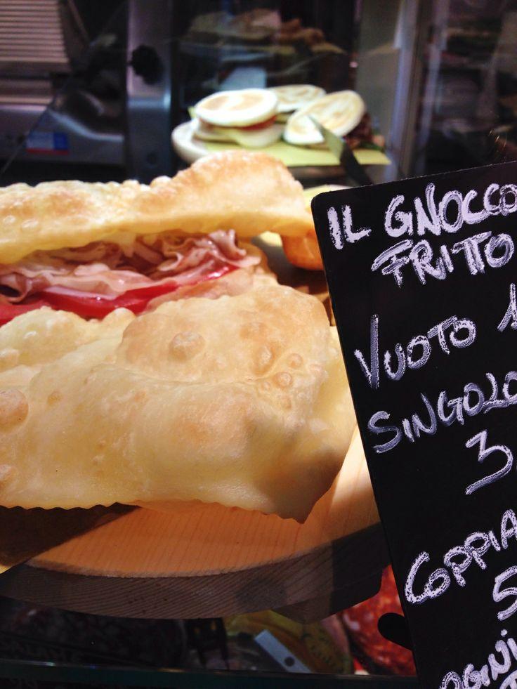 """Gnocco Fritto - com tigelle atrás. (""""Grandi salumifici italiani"""", Mercato di Mezzo) - http://flocibo.com"""