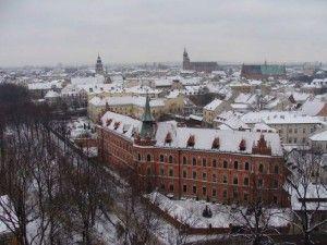 Visitate Cracovia, è una città giovane, dinamica, stupefacente. Ho vissuto Cracovia per molti anni consecutivi accompagnando i ragazzi ad Auschwitz. Si mangia bene, si spende poco, moltissimi punti d'interesse da visitare e si capisce meglio l'Europa, una sosta ad Oswiencim è d'obbligo, preparatela bene e vivetela come va vissuta in silenzio e rispetto