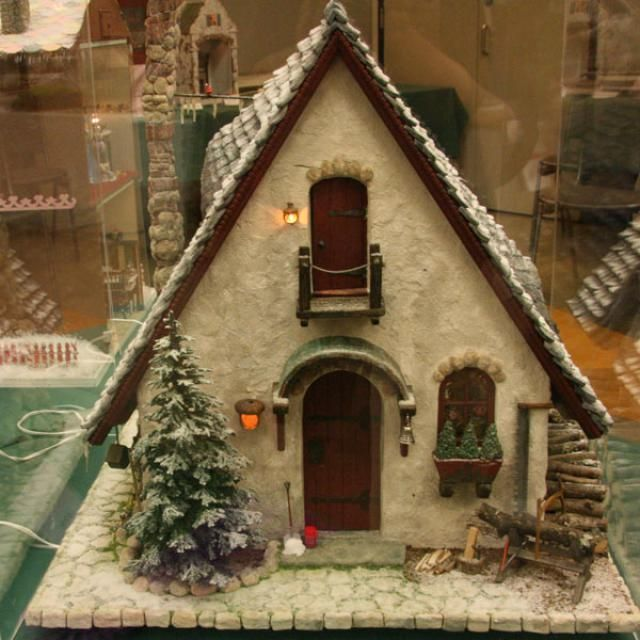 Beautifully finished front of an elves workshop in miniature shown by Marylou Johnson at Seattle. - Photo ©2008 Lesley Shepherd, Licensed to About.com Inc.