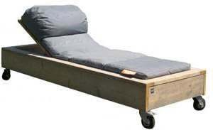 Maak zelf een ligbed van steigerplanken op wielen.
