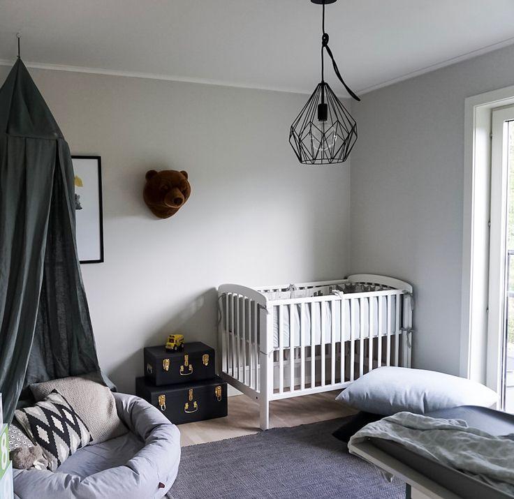 Before and after 📷 Här ser ni hur minsta killens rum ser ut just nu och innan vi flyttade in. Det ska upp fler tavlor och så kanske det blir en bergskedja på en av väggarna 🗻 #myhome #interior #inredningh #kidsroom #barnrum #pojkrum #myspöl #spjälsäng #crib #scandinavianhome #sänghimmel #ngbaby #kistor #beforeandafter