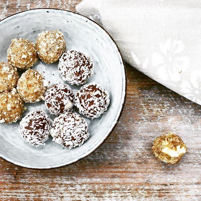 Lækre og chewy proteinkugler med smag af romkugle eller marcipan. 1 kugle indeholder 44 kalorier og <1g kh. Kuglerne er lavet af #proteinpulver fra @bodylab , #fibersirup fra @sukrin.dk og mandelmel. Læs mere på bloggen. Direkte link under profil. #ravfoodslik #lchf #juludensukker #sundtslik #proteinkugler