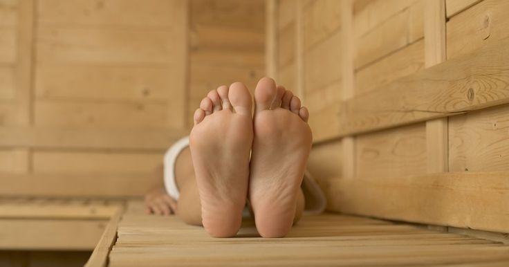 Como amaciar a pele dos pés com bicarbonato de sódio . Depois de um verão só usando chinelos e correndo descalço na praia, os pés costumam ficar secos e rachados. Se passar loção constantemente não está devolvendo a maciez aos pés, use bicarbonato de sódio. Esse produto é muito bom para acabar com odores indesejáveis dentro das geladeiras e das caixas de areia de gatos. Além disso, também pode ser ...